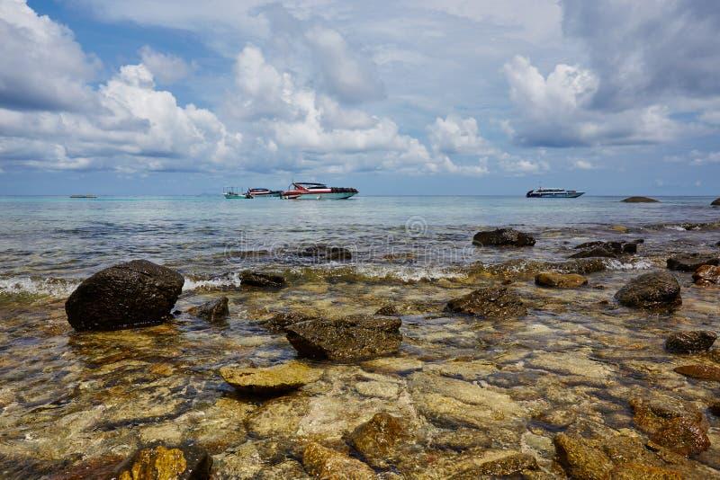 Praia paradisíaca de Patong, Koh Phuket em Tailândia foto de stock royalty free