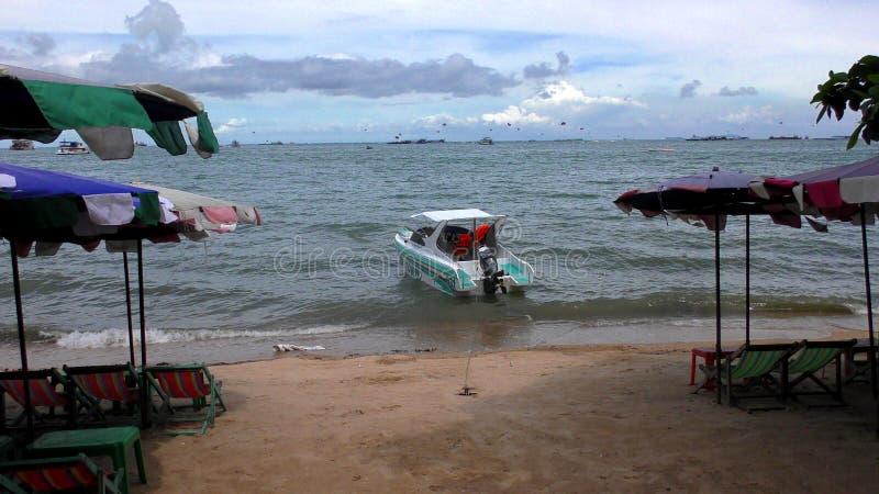 Praia Pattaya de Jomtien barco Talay Pattaya Tailândia imagem de stock