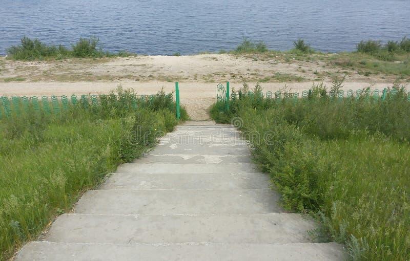 A praia, pedra, escadas, fundo, etapas, conduzindo, molha, bonito, natureza, azul, concreto, em nenhuma parte, lago, paisagem, gr fotos de stock royalty free