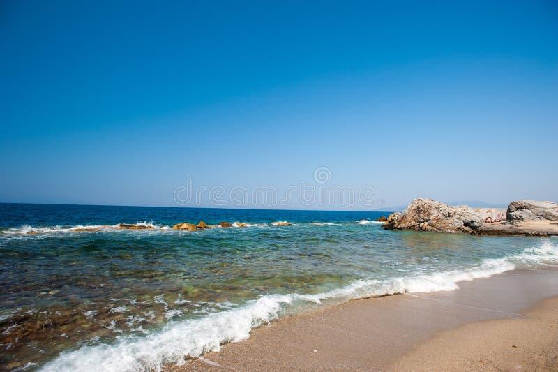 Praia, pedras, mar, areia Férias quietas pela água imagens de stock