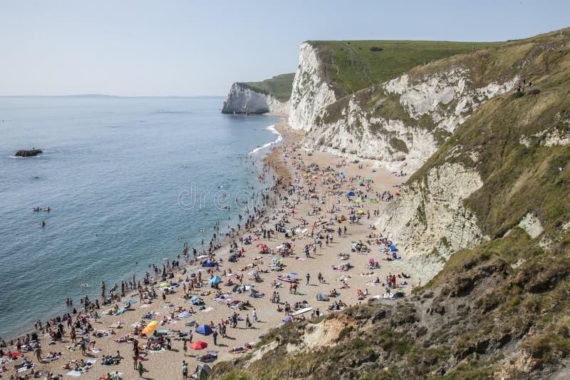 Praia, penhascos e o mar - porta de Durdle, Dorset, Inglaterra fotografia de stock