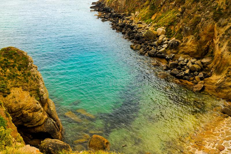 Praia pequena bonita na costa de Cornualha imagem de stock royalty free