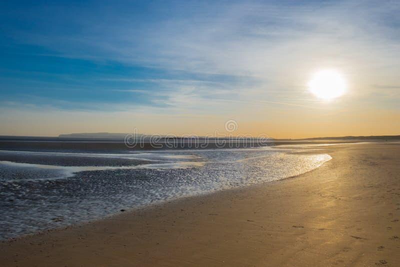 Praia-por do sol das areias da curvatura fotos de stock