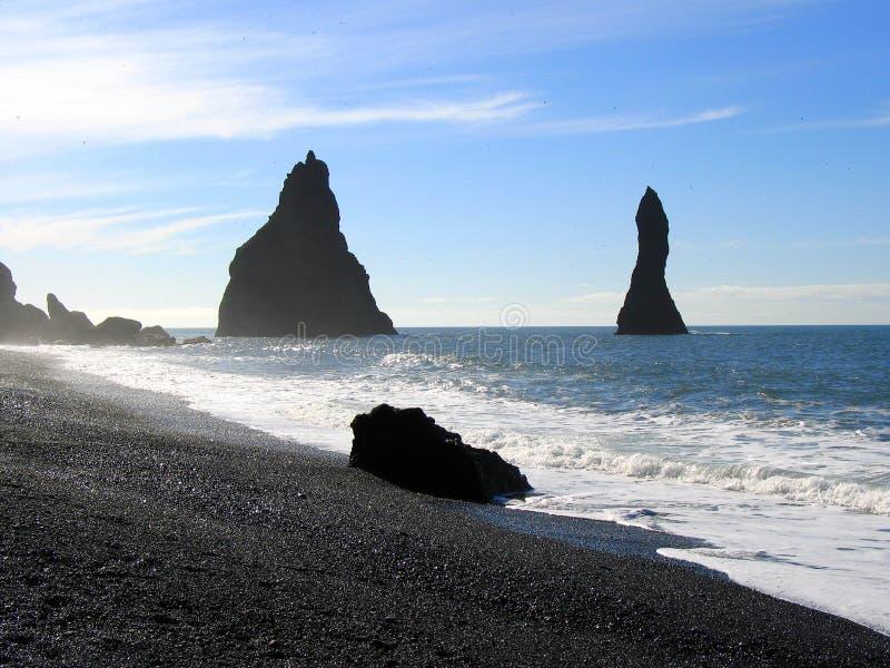 Praia preta da areia em Islândia imagens de stock