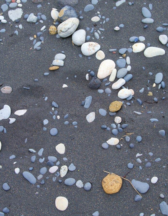 Praia preta da areia em Islândia do sul Tão estranho quando a areia não for branca na praia fotografia de stock royalty free