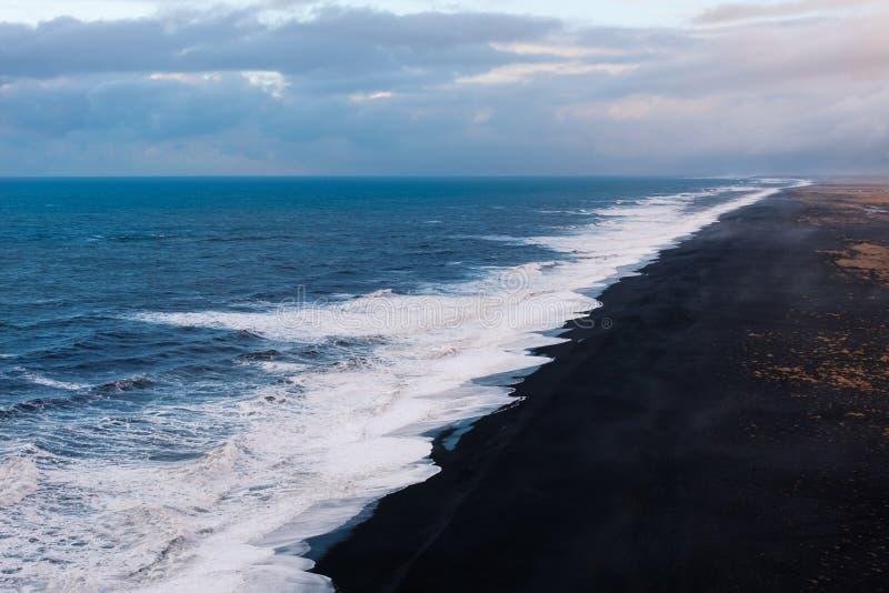 Praia preta da areia em Islândia sul imagens de stock royalty free