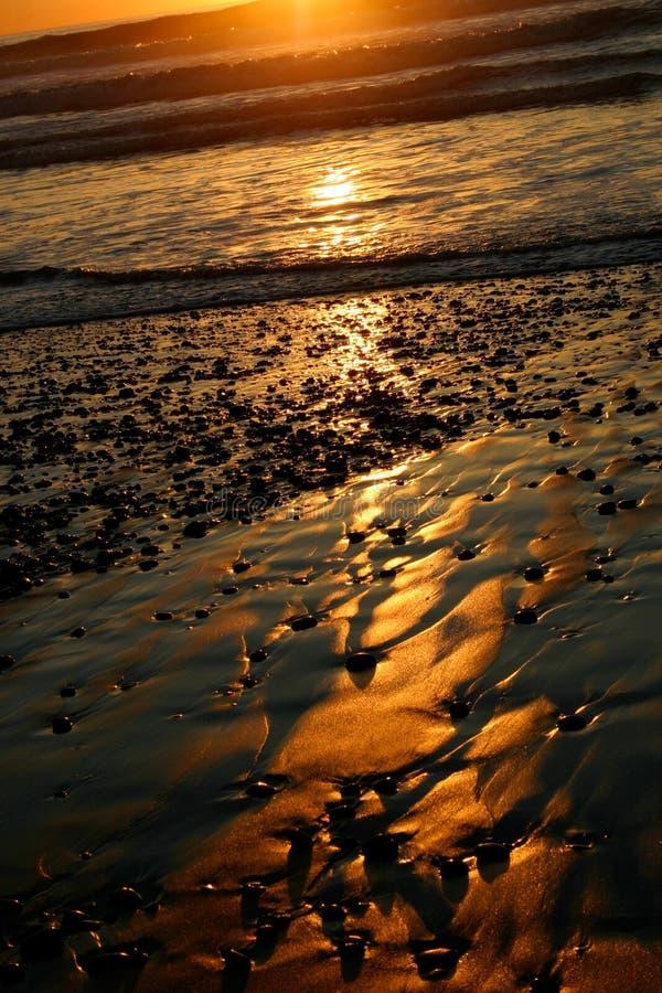Praia preta da areia na praia dos pinhos de Torrey do por do sol fotografia de stock royalty free