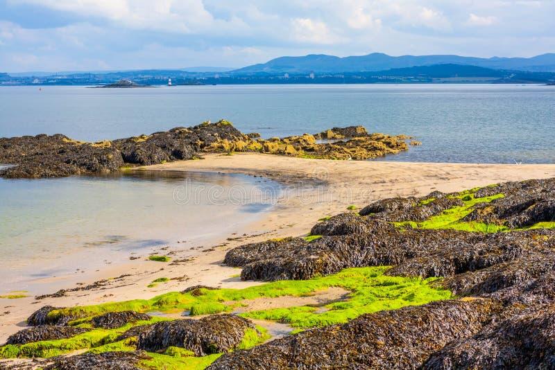 Praia preta das areias, Aberdour, Escócia imagem de stock royalty free