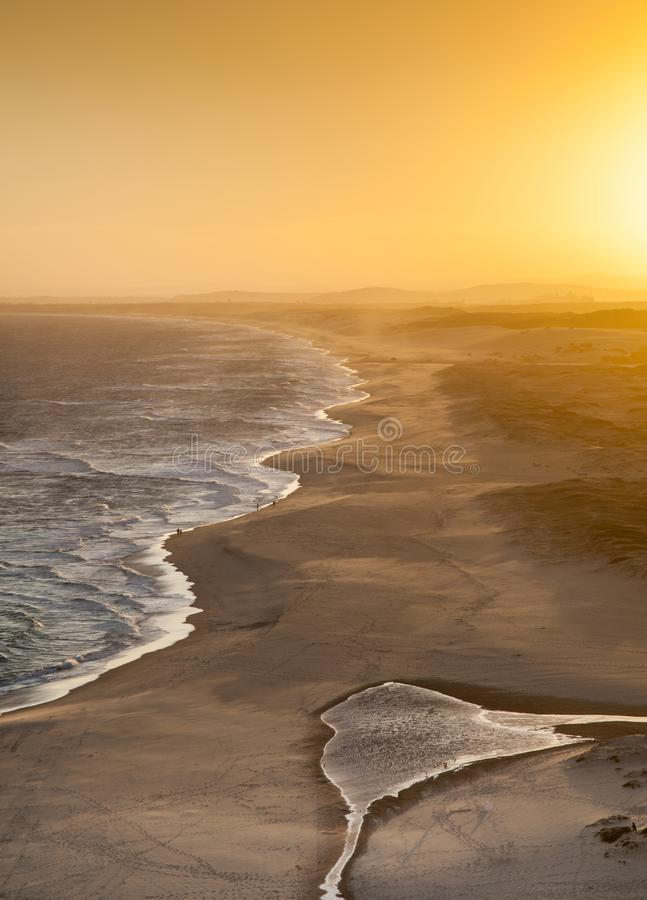 Praia principal vermelha - por do sol de Newcastle Austrália imagem de stock