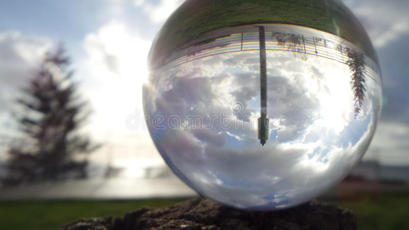 Praia refletida na esfera de cristal fotos de stock royalty free