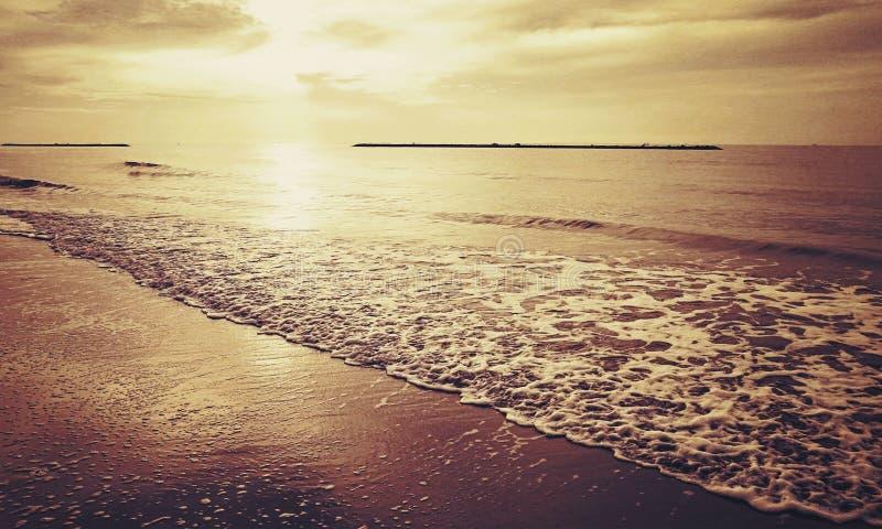 Praia retro do nascer do sol imagens de stock royalty free