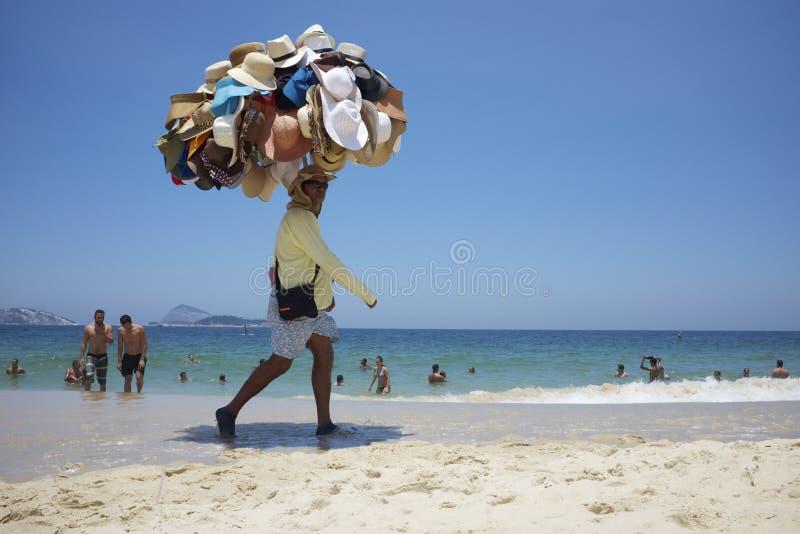 Praia Rio de janeiro Brazil de Ipanema do vendedor do chapéu fotografia de stock royalty free
