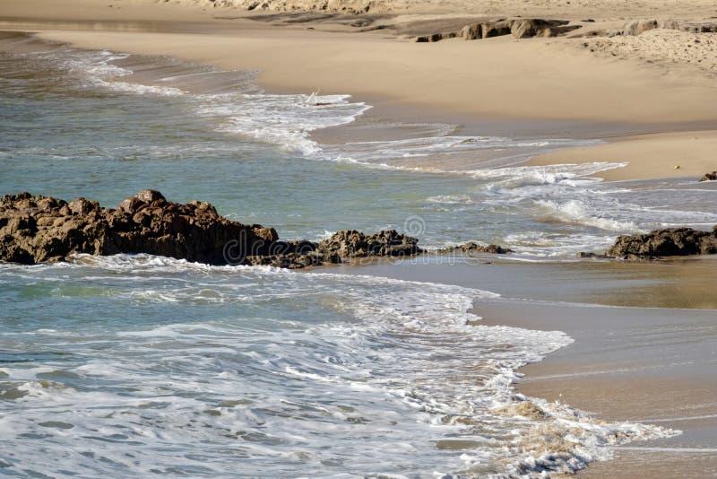 Praia rochosa com ondas fotografia de stock royalty free