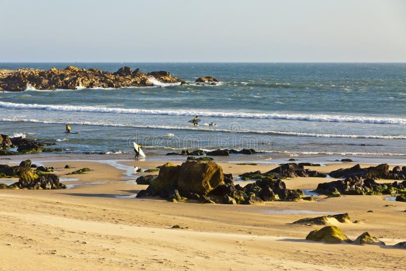 Praia rochosa de Oceano Atlântico em Matosinhos, Porto, Portugal fotos de stock