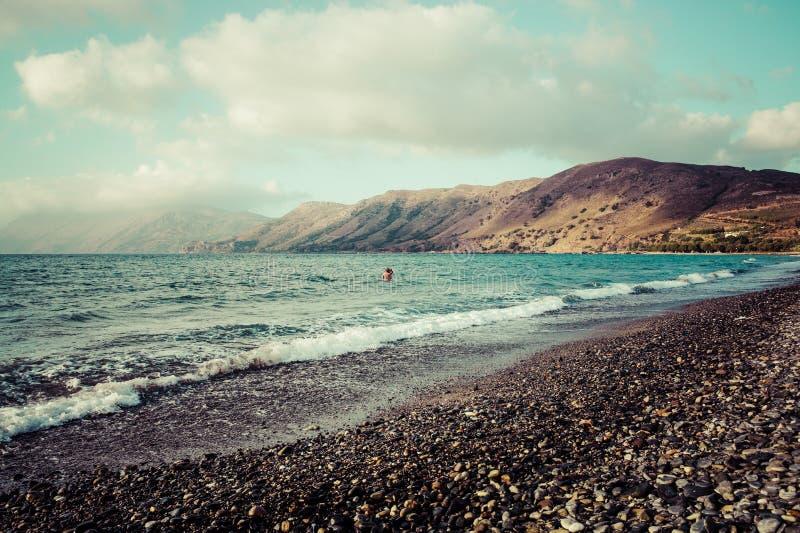 Praia rochosa em Nopigia, Creta imagens de stock royalty free