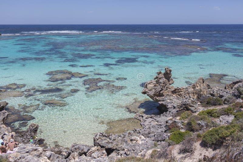 Praia rochosa na ilha de Rottnest, Austrália Ocidental, Austrália foto de stock