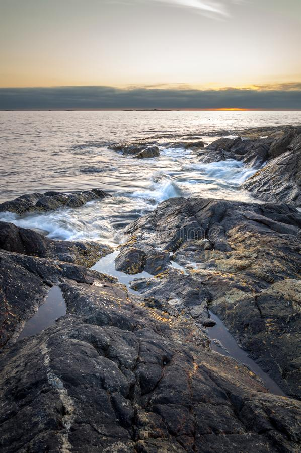 Praia rochosa, Naustavika, ilha de Vigra, Noruega fotos de stock royalty free