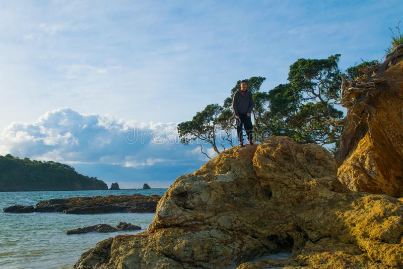 Praia rochosa que olha ao horizonte fotos de stock