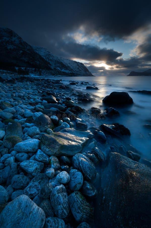 Praia rochoso no por do sol, Langevaag, mais og Romsdal, Noruega 2019 foto de stock
