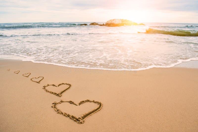 Praia romântica do coração do amor imagem de stock