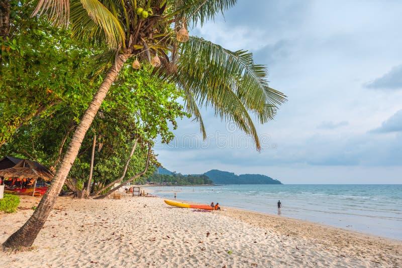 Praia só famosa nas ilhas de Koh Chang, Tailândia fotos de stock royalty free