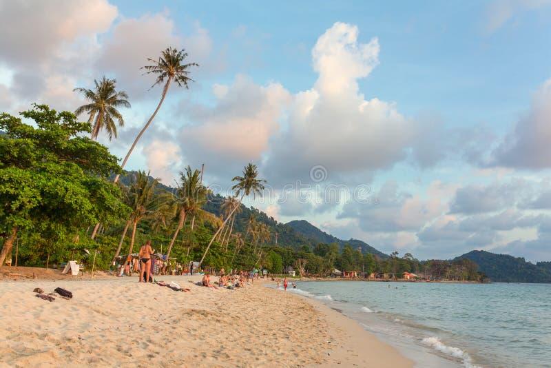 Praia só na ilha de Koh Chang durante o por do sol em Tailândia fotografia de stock