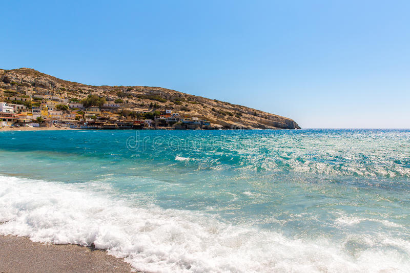 Praia seixoso Matala, Creta de Grécia Matala tornou-se famoso para cavernas Neolíticos artificiais, cinzelado em rochas da pedra  fotografia de stock