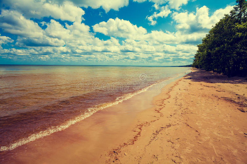 Praia selvagem abandonada imagens de stock royalty free