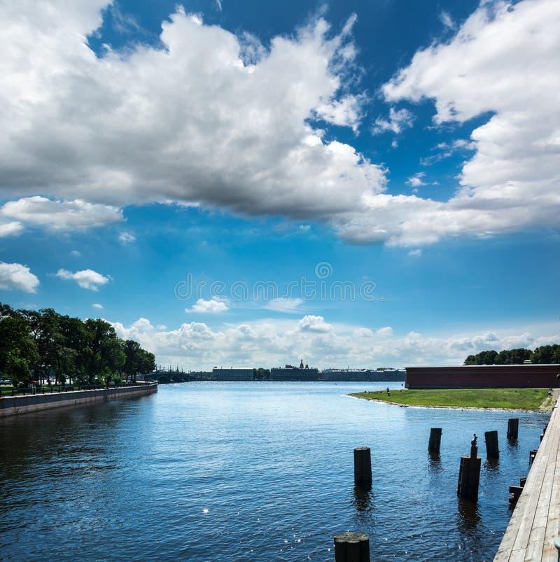 Praia selvagem perto da fortaleza de Peter e de Paul em St Petersburg, Russi fotos de stock