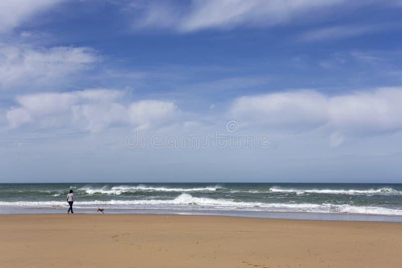 Praia selvagem típica em Tânger fotos de stock
