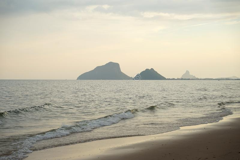 Praia sereno bonita com a onda quieta em Prachuap Khiri Khan Thailand imagens de stock royalty free
