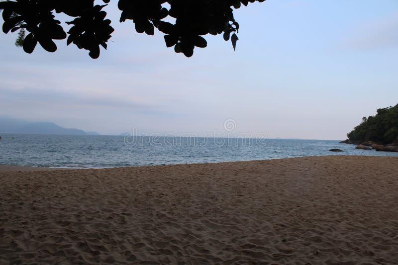 A praia sobre o SP do mar fotografia de stock royalty free