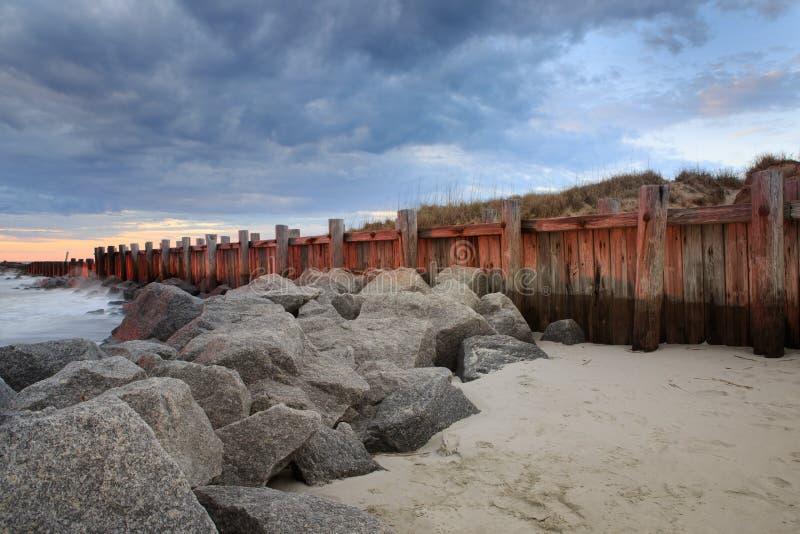 Praia South Carolina de Rocky Coast Storm Clouds Folly da parede de mar imagem de stock
