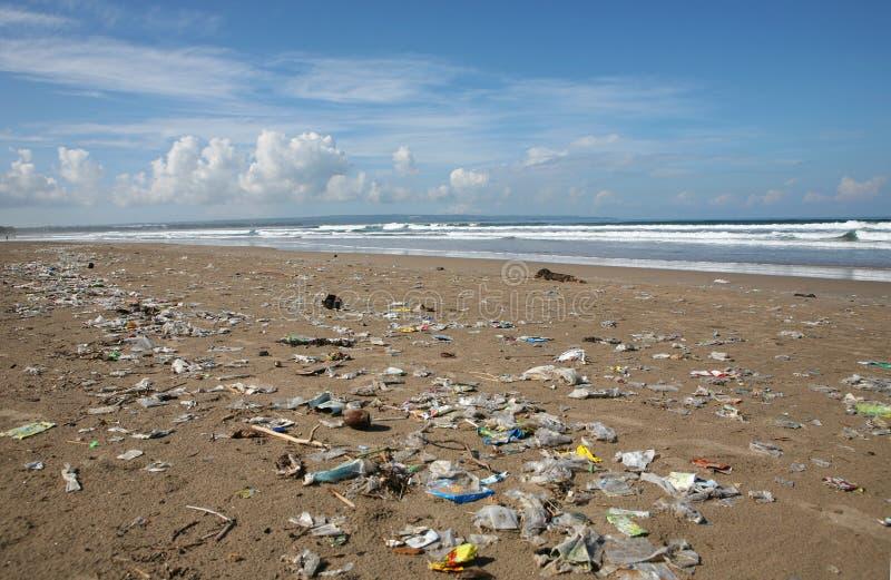 Praia suja. imagens de stock