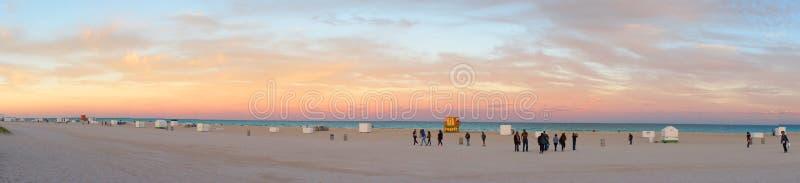 Praia sul da noite de Miami perto de Oceano Atlântico imagens de stock