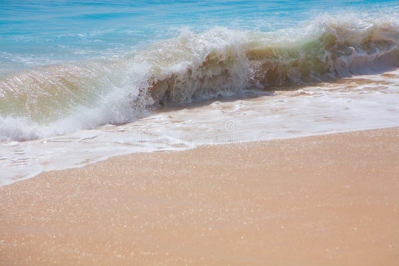 Praia surfando bonita da areia fotos de stock royalty free