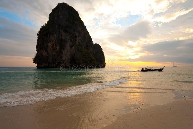 Praia Tailândia de Railay do barco do por do sol horizontal fotografia de stock royalty free