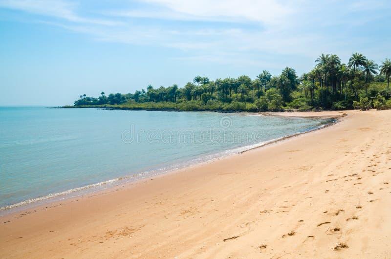 Praia tropical abandonada bonita na ilha de Bubaque, arquipélago de Bijagos, Guiné-Bissau, África ocidental imagem de stock royalty free