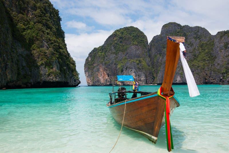Praia tropical, barcos tradicionais da cauda longa, Maya Bay famosa foto de stock