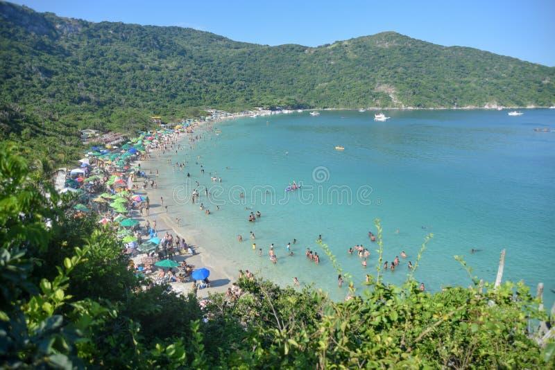 Praia tropical bonita com o mar esmeralda e transparente fotografia de stock