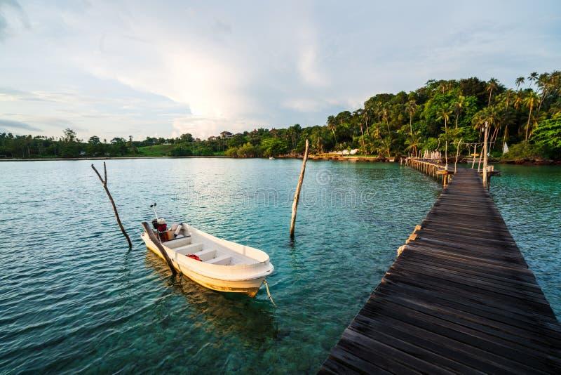 Praia tropical bonita e ponte de madeira na ilha Koh Mak imagens de stock royalty free