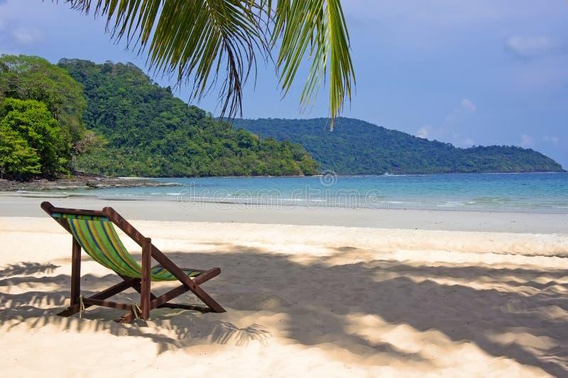 Praia tropical Cadeiras de praia na praia branca da areia imagens de stock royalty free