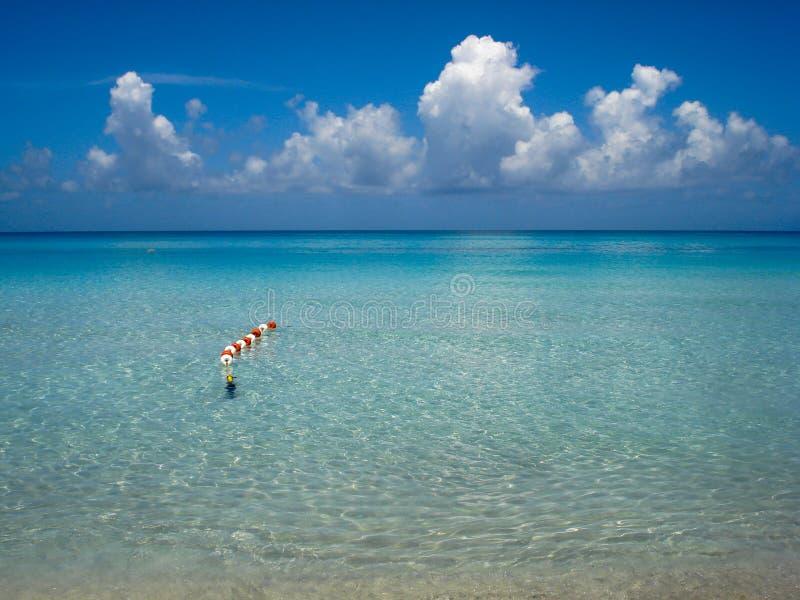 Praia tropical com águas transparentes fotos de stock royalty free
