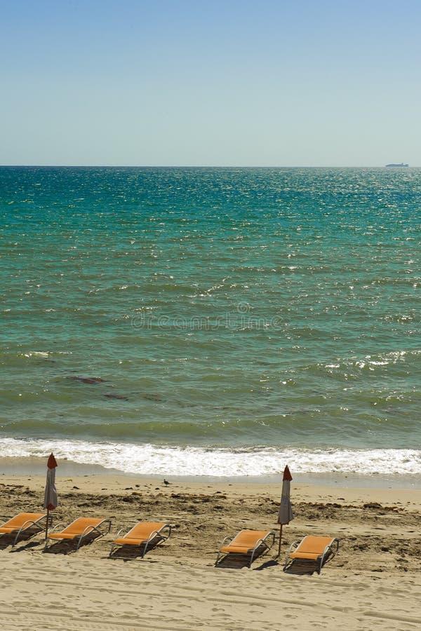 Praia tropical com cadeiras imagens de stock