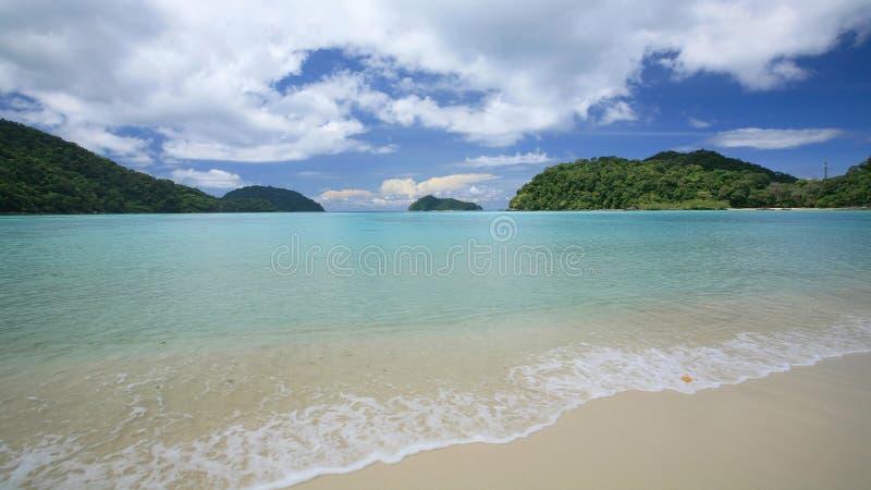 Praia tropical com onda e o mar transparente imagens de stock
