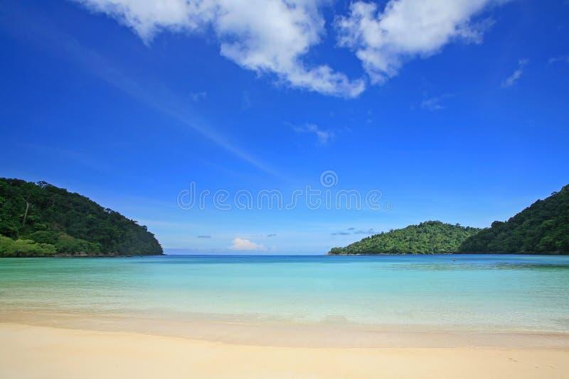 Praia tropical contra o céu azul em ilhas de Surin imagens de stock royalty free