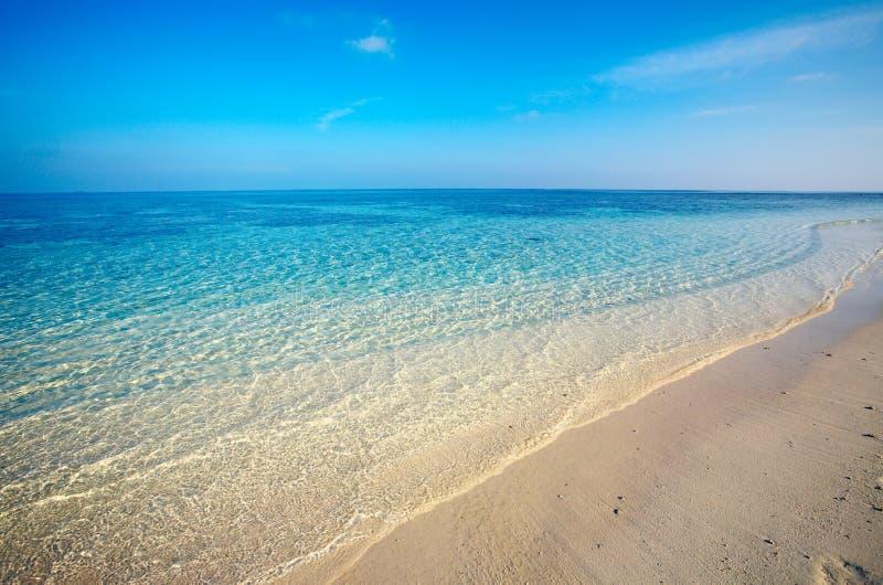 Praia tropical da areia fotografia de stock royalty free