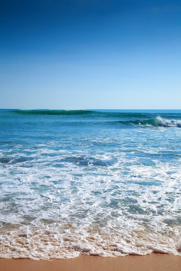Praia tropical da areia, barco no oceano de Gree foto de stock