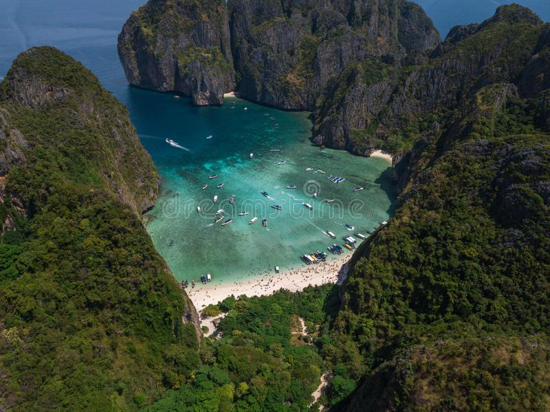Praia tropical da baía do Maya em Tailândia Silhueta do homem de negócio Cowering fotografia de stock royalty free