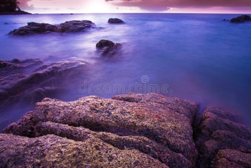 Praia tropical de Tailândia, praia da rocha da pedra de Patong Phuket imagens de stock